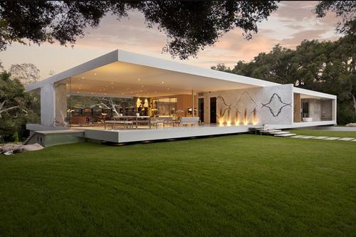 de esta vivienda de diseño moderno y paredes de cristal. Un
