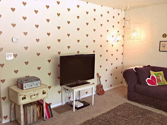 Una pared llena de corazones