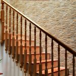 La pared de mi escalera revestida con azulejo cerámico imitación piedra