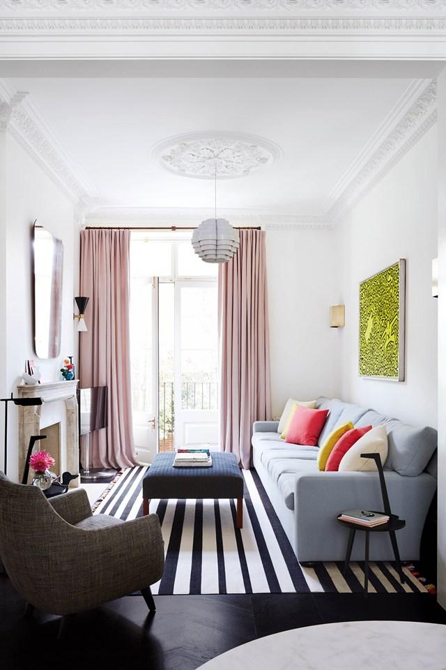 2 el sof la pieza clave de nuestro saln para un ambiente alargado y estrecho debers elegir un nico sof y apoyarlo en lnea sobre la pared