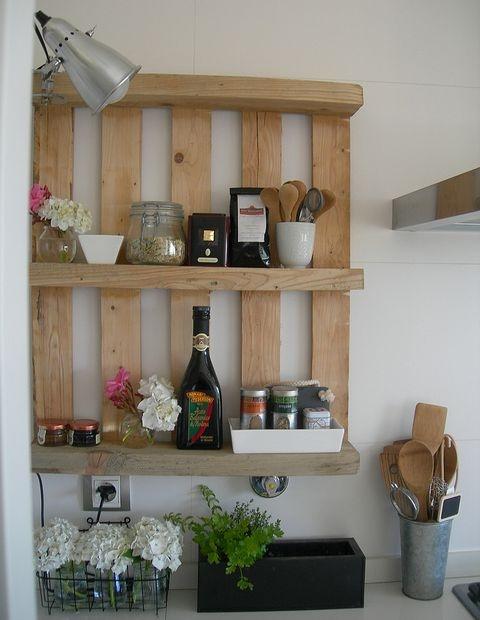 Puedes usar un viejo palet como estantería de cocina