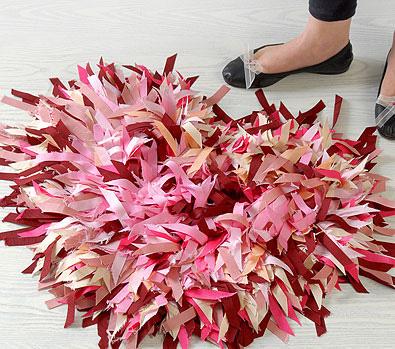 Como hacer una alfombra con forma de coraz n for Alfombras hechas a mano en casa