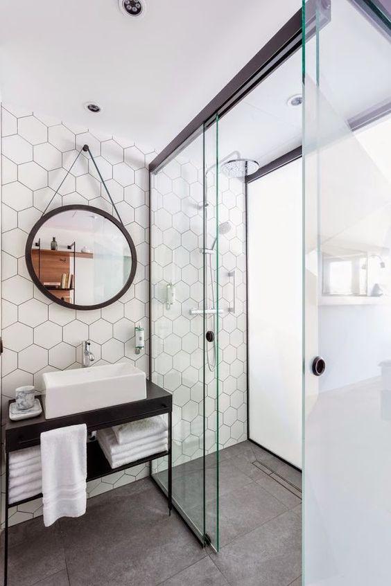 Azulejos hexagonales en el baño
