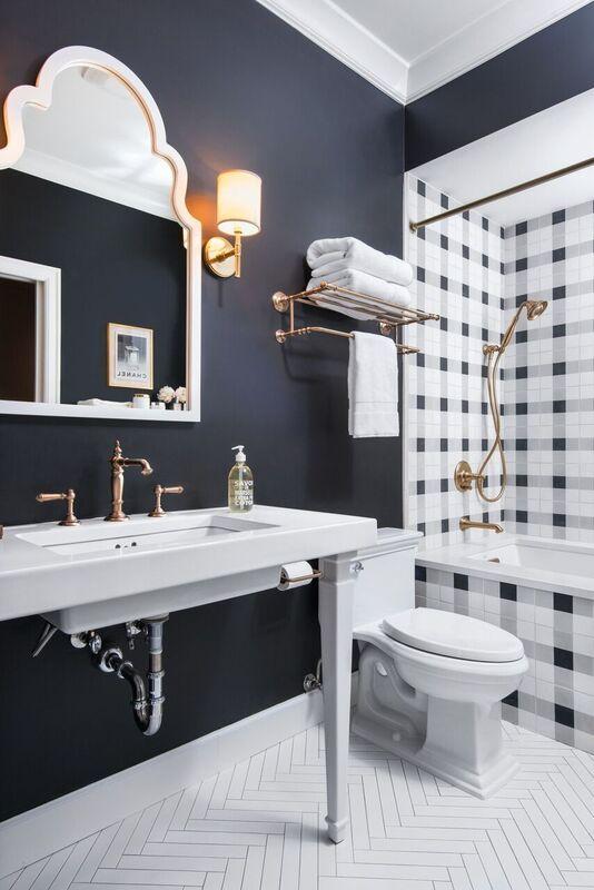 Baños contemporáneos en blanco y negro