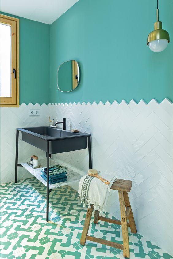 Baño mitad azulejo mitad pintado