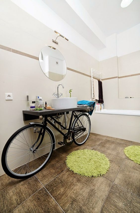 Una bicicleta en el baño