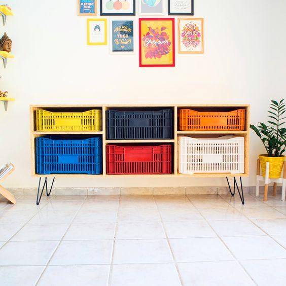 Muebles con cajas de fruta de plástico