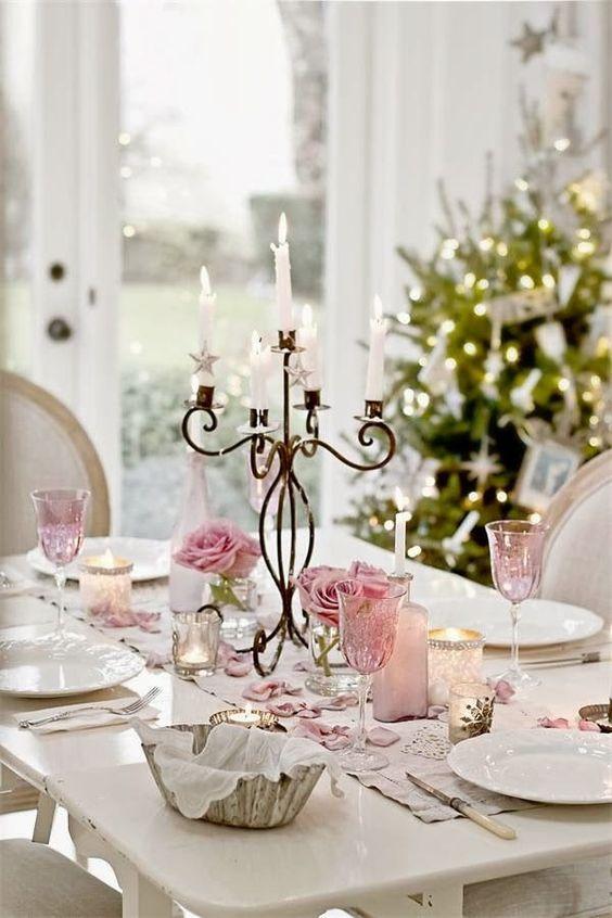 Mesas navideñas decoradas con flores