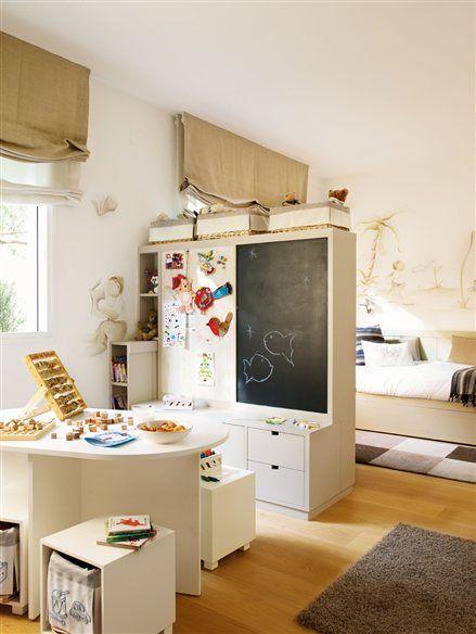 Habitación infantil con rincón de juegos