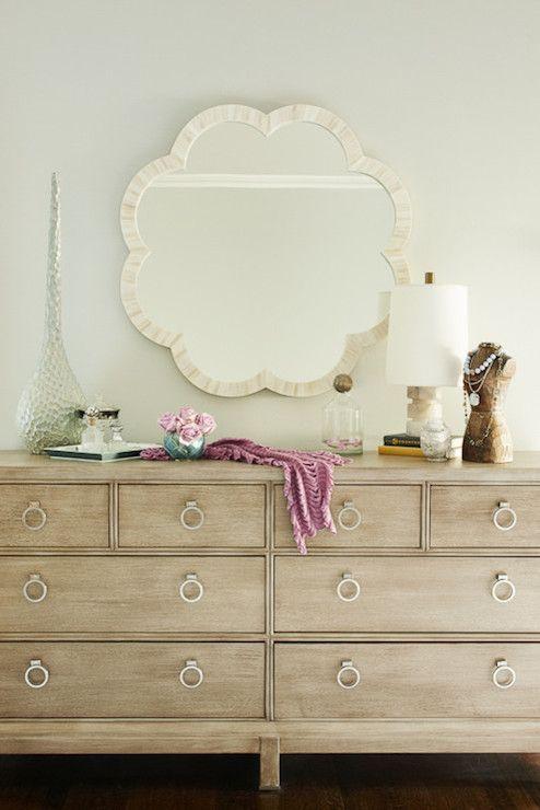 Decoración cómoda de dormitorio con espejos