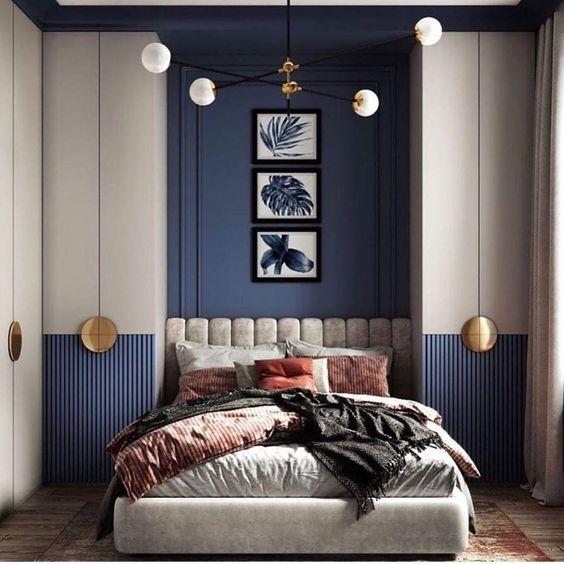 Un dormitorio con dos armarios