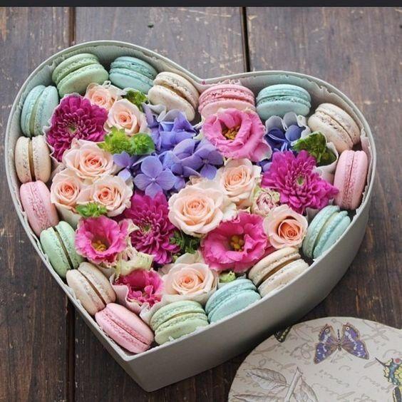 Regalar flores y dulces San Valentín