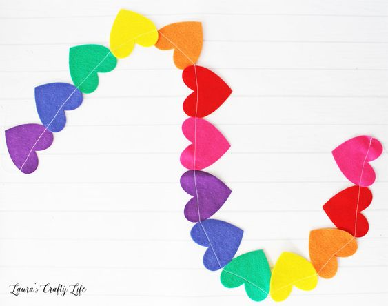 https://www.laurascraftylife.com/felt-rainbow-heart-garland/