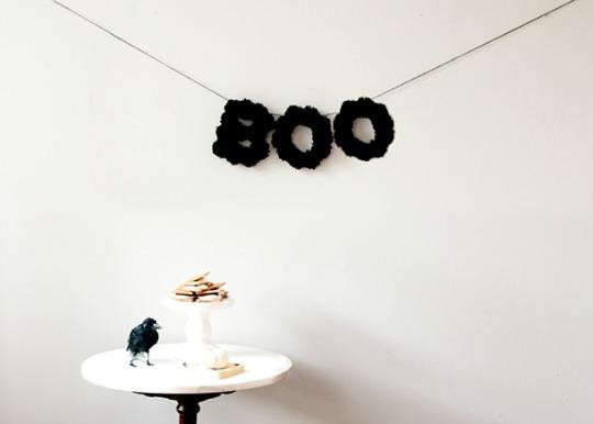 Letras decoradas con pompones negros, decorativo y sencillo, me gusta.