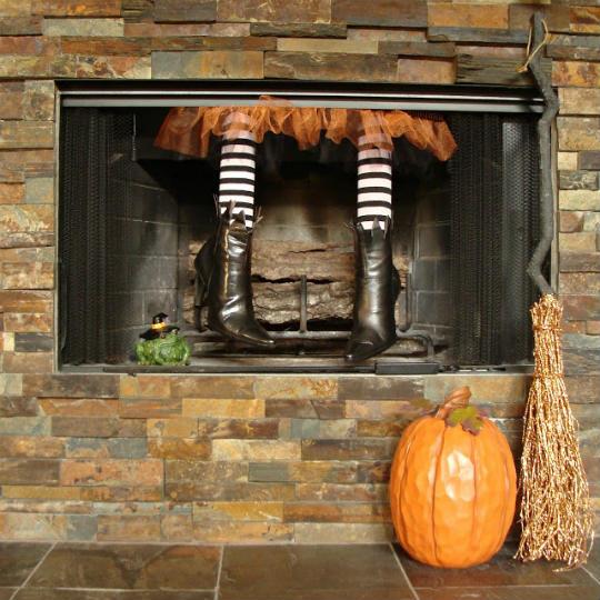 Ideal para casas con chimenea, esta brujita se ha colado por la misma puerta que Papá Noel.