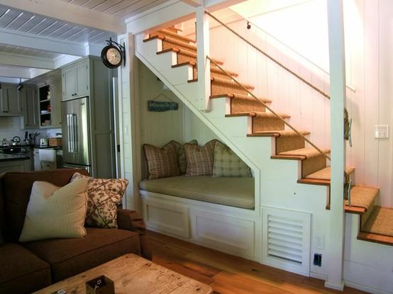 un banco para leer en el hueco de la escalera