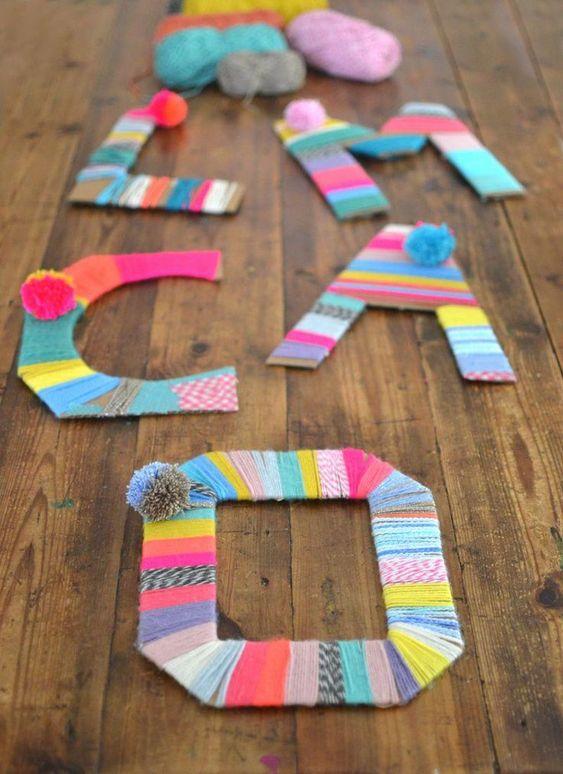 Letras de cartón y lana