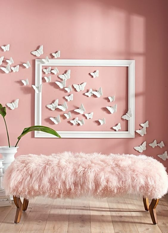 Paredes decoradas con mariposas de papel