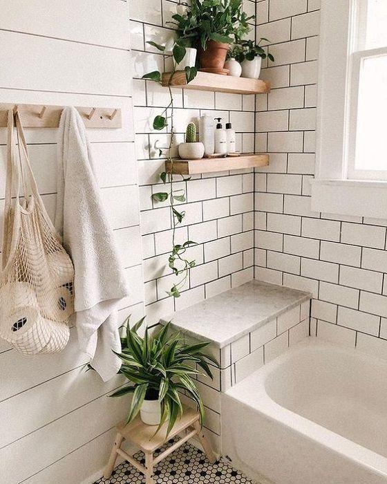 Baldas y estantes en mini baños