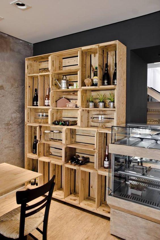 Muebles con cajas de frutas