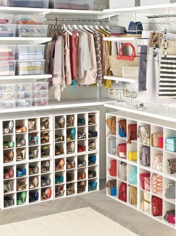 Organizar bolsos en armario