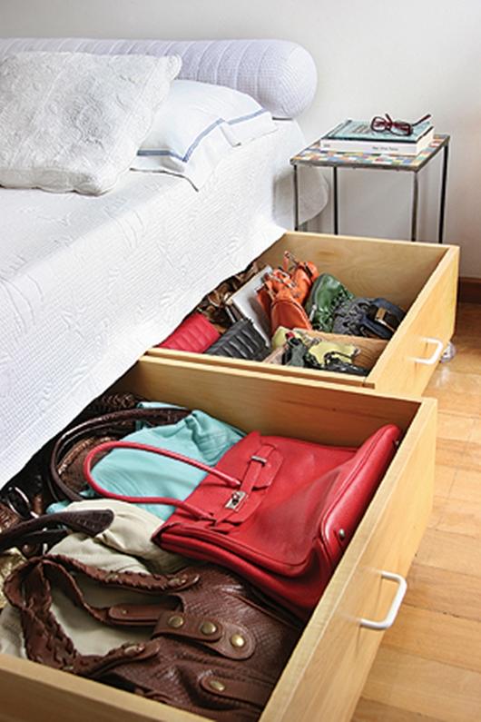 Guardar bolsos en poco espacio