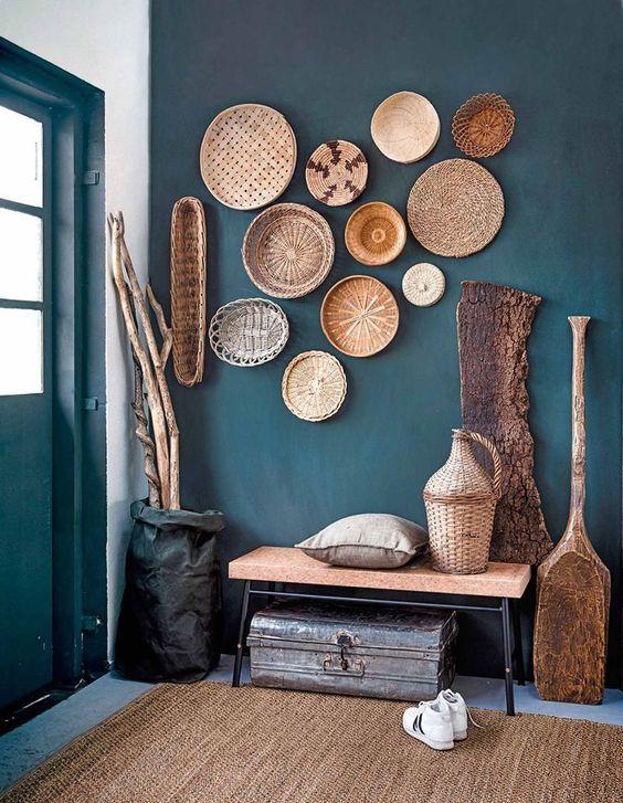 Decorar las paredes del recibidor con cestas de mimbre
