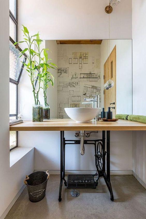 Reciclar el pie de una máquina de coser en el baño