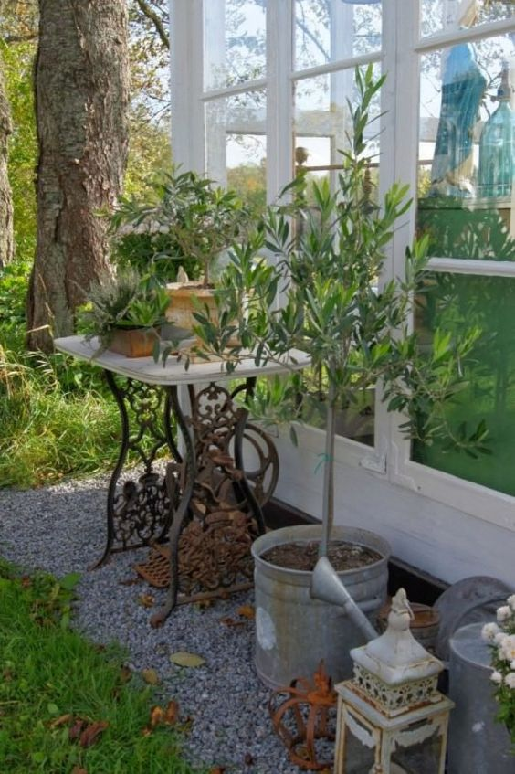 Reciclar el pie de una máquina de coser en el jardin