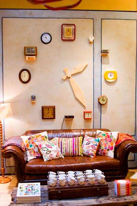 Reloj de pared hecho de relojes for Paredes decoradas con fotos