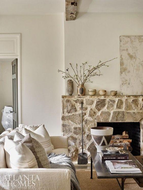 Salones rústicos con pared de piedra