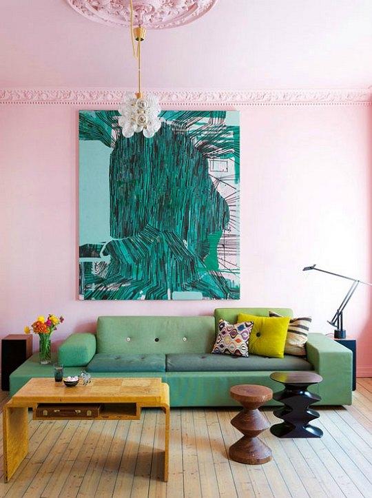 Una pared rosa en el salón