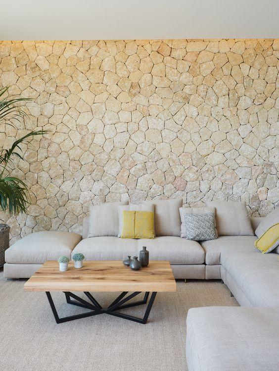 Salones modernos con pared de piedra