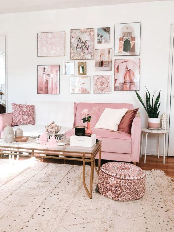 Salón con sofa rosa