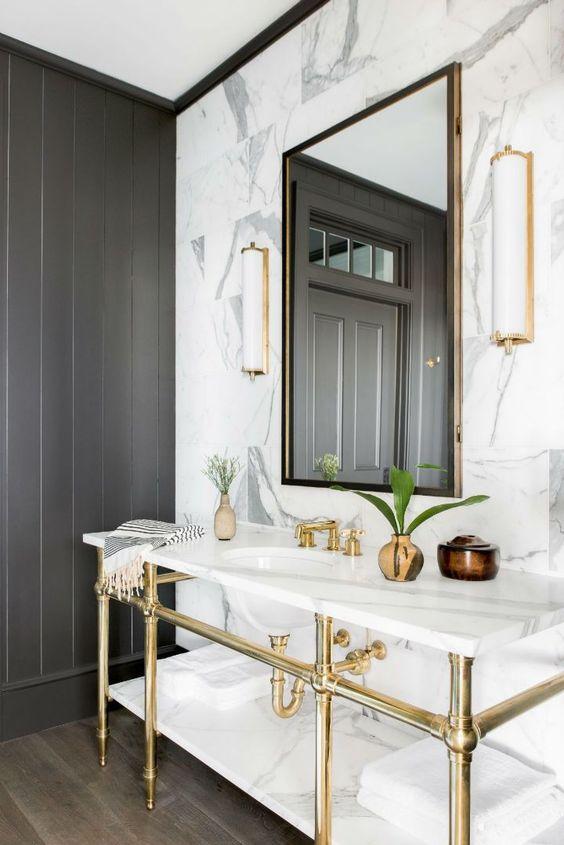 Un toque dorado en el baño