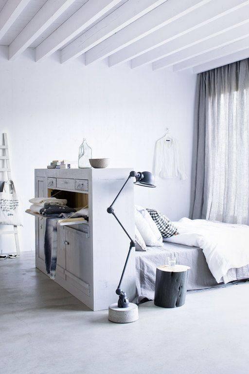 Un vestidor detrás de la cama